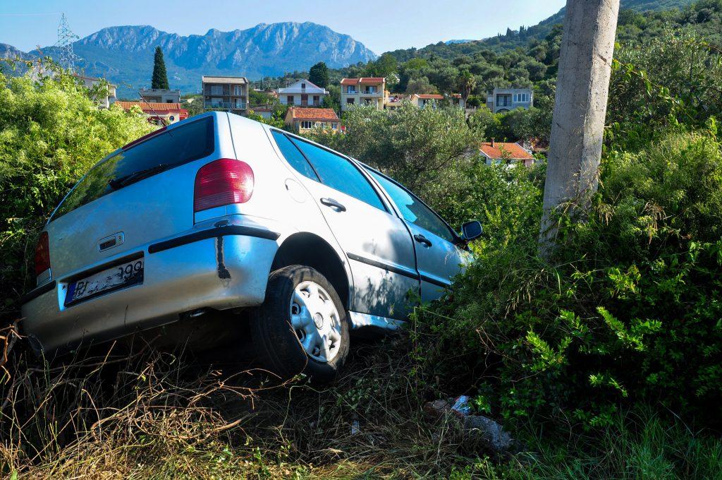 Symbolfoto Unfall Graben Böschung