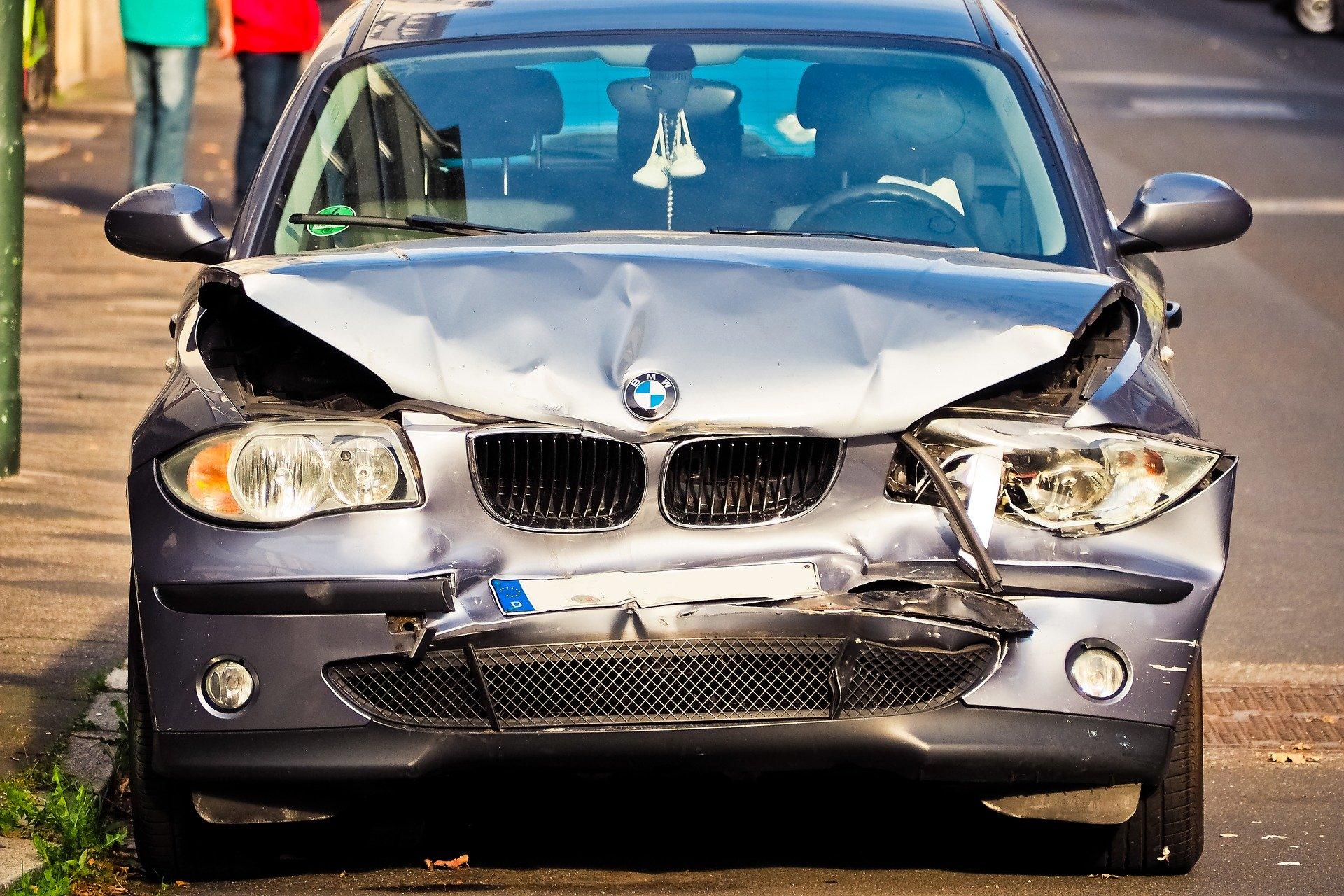 Symbolfoto Unfall Auto beschädigt