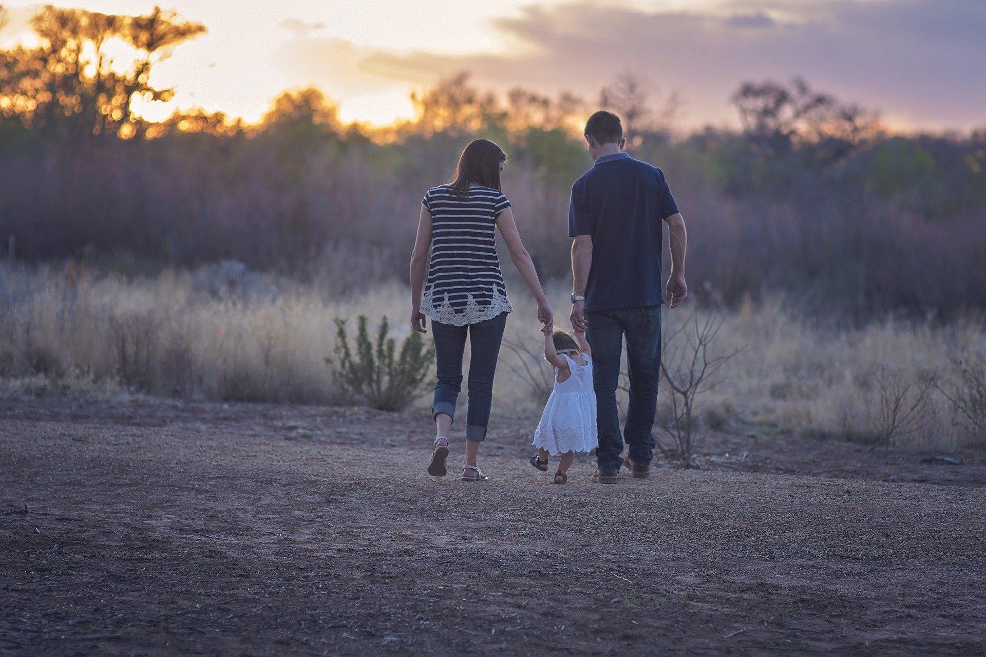Symbolfoto Eltern Kind Pflegeeltern