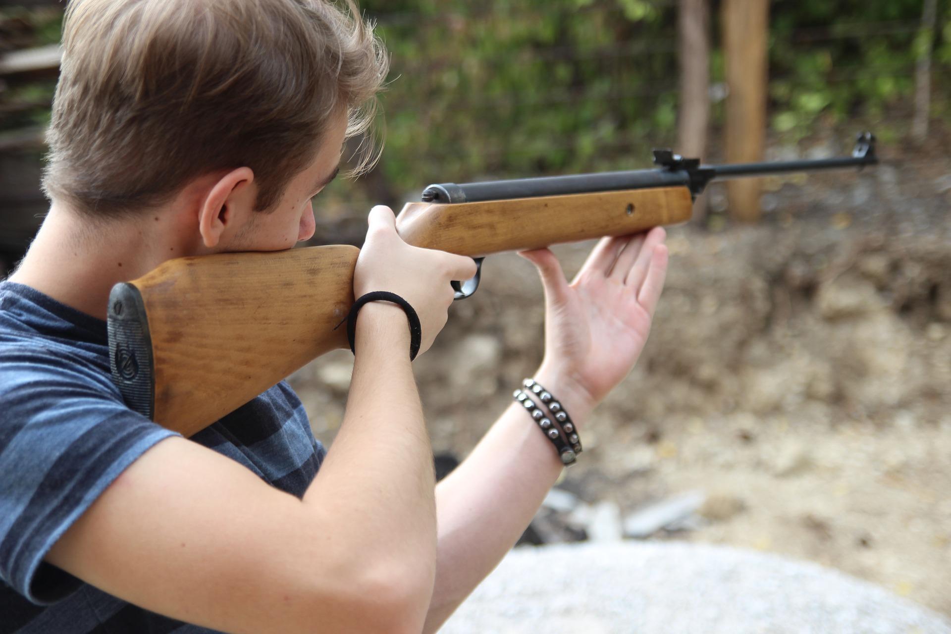 Symboldfoto schießen Mann Gewehr