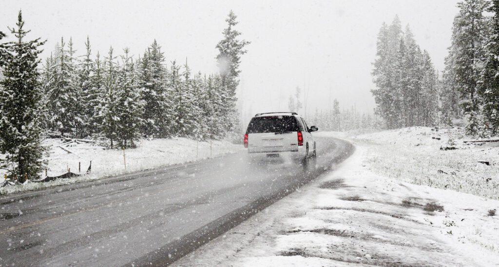 Symbolfoto Schnee Strasse