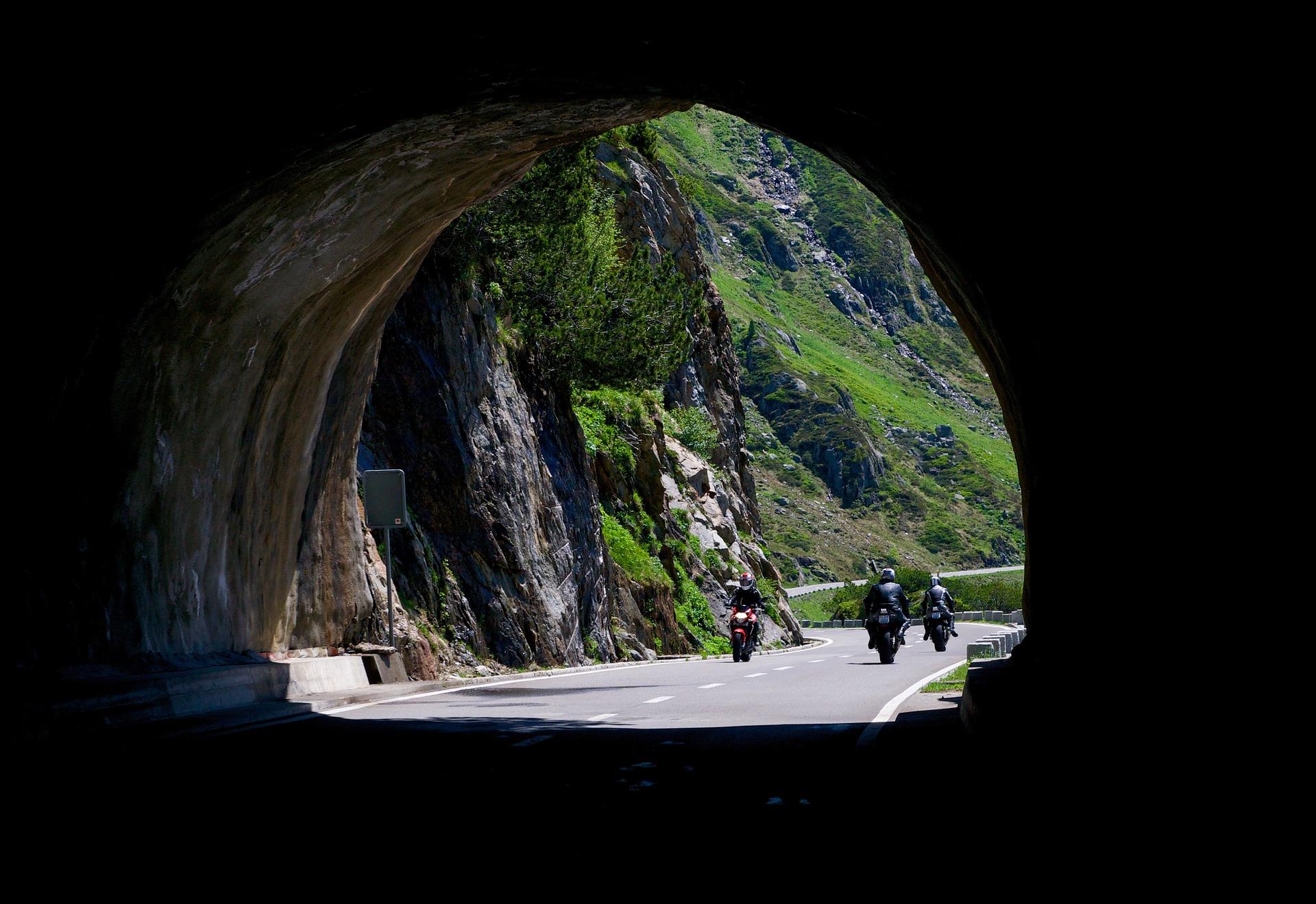 Symbolfoto Motorrad Tunnel Gruppe